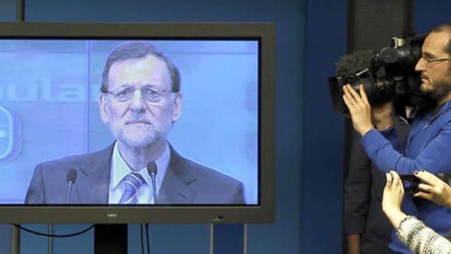 Periodistas siguiendo a Mariano Rajoy en televisión plasma