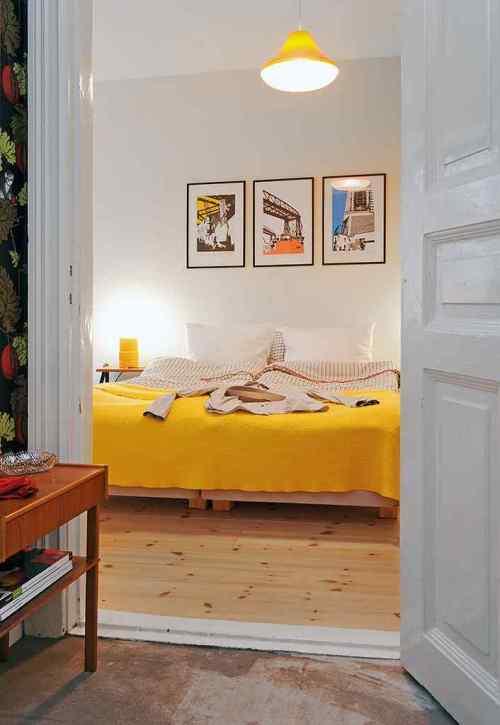 Detalles en color amarillo en el dormitorio principal