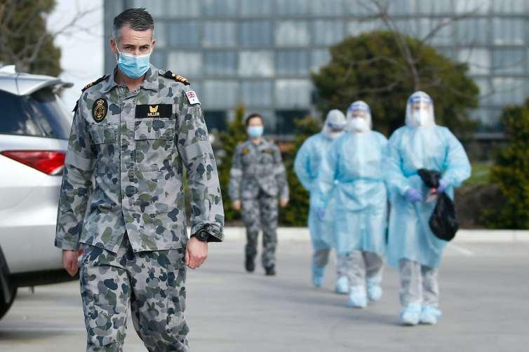 El personal de la Fuerza de Defensa Australiana llega al Centro de Atención para Ancianos de Epping Gardens en el norte de Melbourne