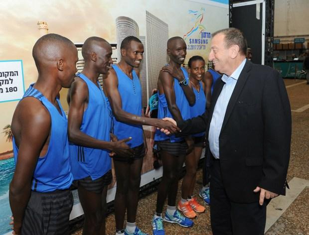Prefeito de Tel Aviv com participantes da maratona (Foto: Kfir Sivan)