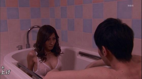 【温泉キャプ画像】温泉番組で女性たrんとが出てくると必ずオッパイ半分出して出てくるよなw 05