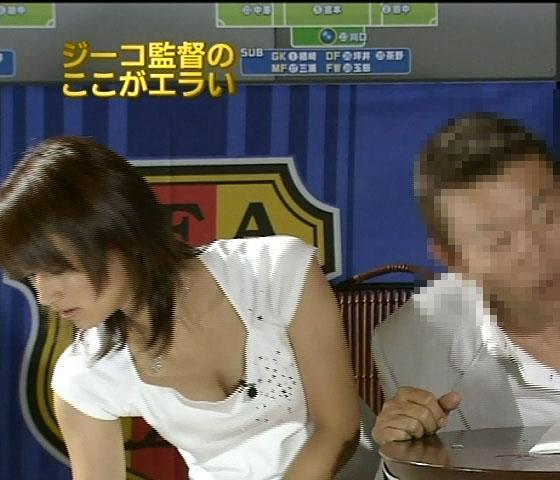 【胸ちらキャプ画像】豊満なオッパイをテレビで見せつけてくるタレントたちww 17