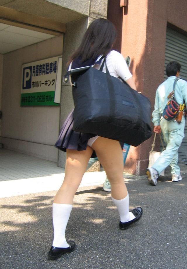 【パンチラハプニング画像】色んなハプニングが重なって永遠にパンツ見せちゃってる素人女性達w 08