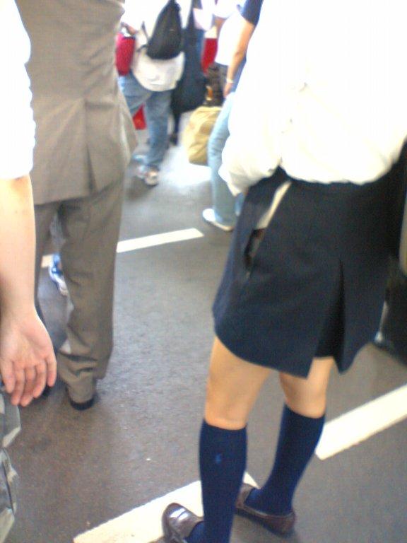 【パンチラハプニング画像】色んなハプニングが重なって永遠にパンツ見せちゃってる素人女性達w 15