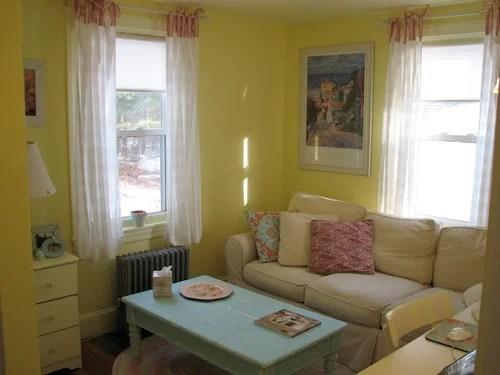 гостиная с желтыми стенами
