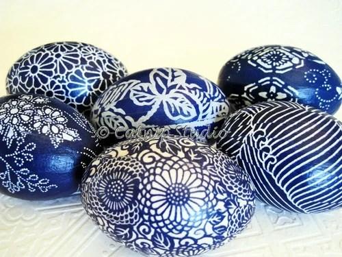 синие пасхальные яйца