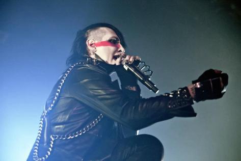 Marilyn Manson sufre accidente en el escenario, pospone gira