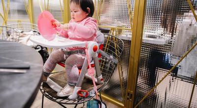 【育兒】每家都必備一張超輕盈萬用的Apramo Flippa可攜式兒童餐椅(附贈防丟帶,坐墊,提袋),umee企鵝杯
