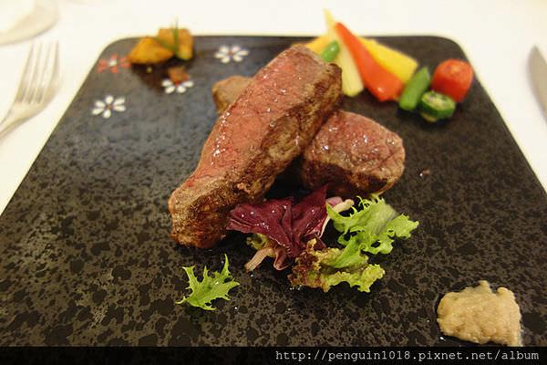 【台中】aqua水相餐廳(大遠百店);純白色浪漫的法式餐廳。