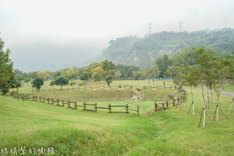 旺萊山愛情大草原 到嘉義必玩,IG打卡新景點,超廣闊草原,假日就帶家人吃鳳梨酥享受新鮮空氣。