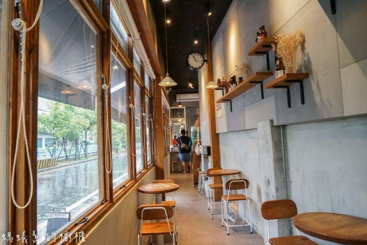 彰化員林樂居咖啡 | 員林咖啡館精選,咖啡店吃美味滷味,簡約輕鬆工業風裝潢,像公車停等站的咖啡BAR。