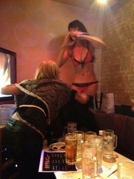 カラオケ店員してたらこんなエロい素人娘が日常茶飯事で拝めるらしいwwwww(画像あり)