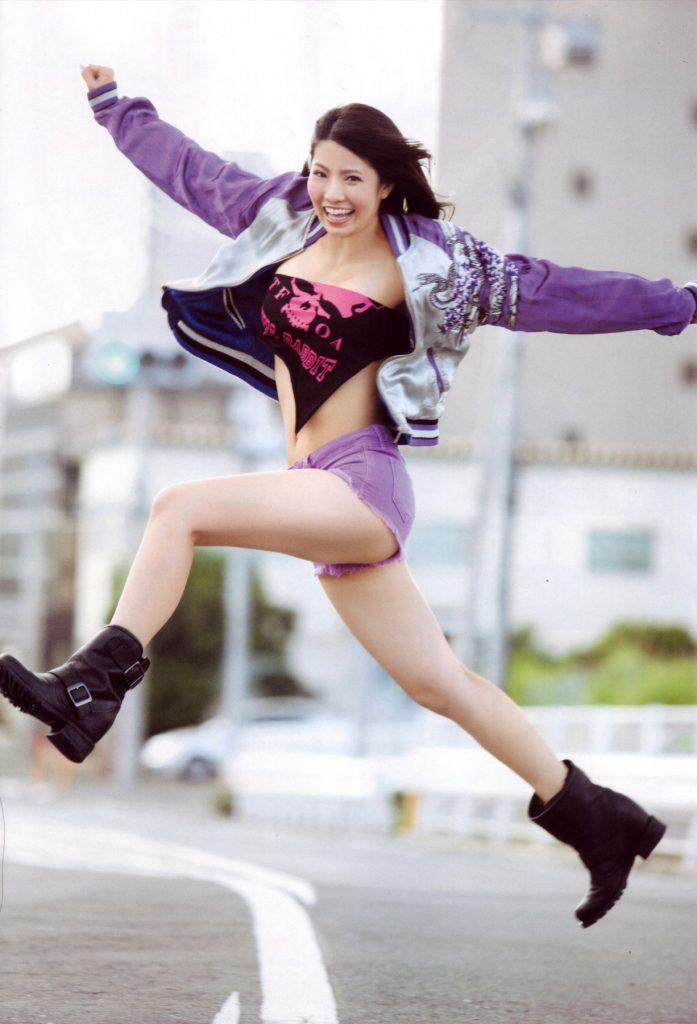 元AKB48倉持明日香のわりと巨乳なおっぱいや谷間がエロいわwww