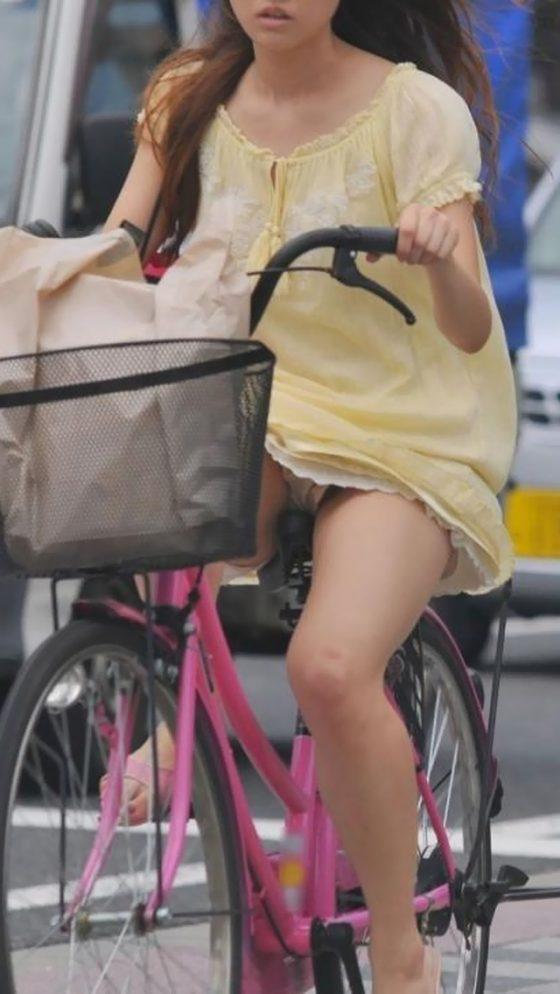 自転車パンチラって一瞬しか見れないからじっくり見たいよなwwwww(盗撮エロ画像あり)