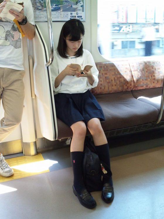 【処女限定】芋臭い現役10代小娘の通学中の盗撮エロ画像が生々しくてエロいwwwww
