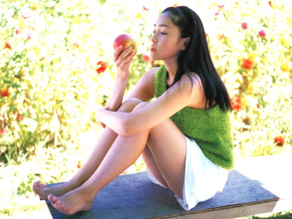 麻生久美子の若い頃のスク水や体育着の画像と合わせご覧くださいwwww