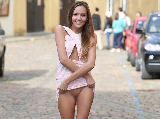 ノーパン露出を楽しむヘンタイ外国人美女のエロ画像30枚