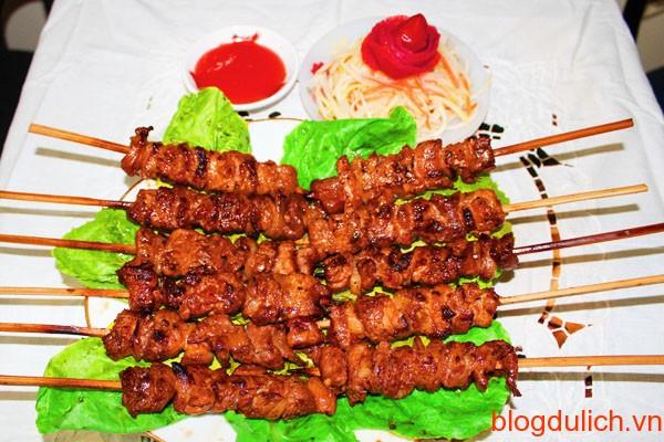 thit xien nuong ngon Những món ăn đường phố giá rẻ ở Hà Nội
