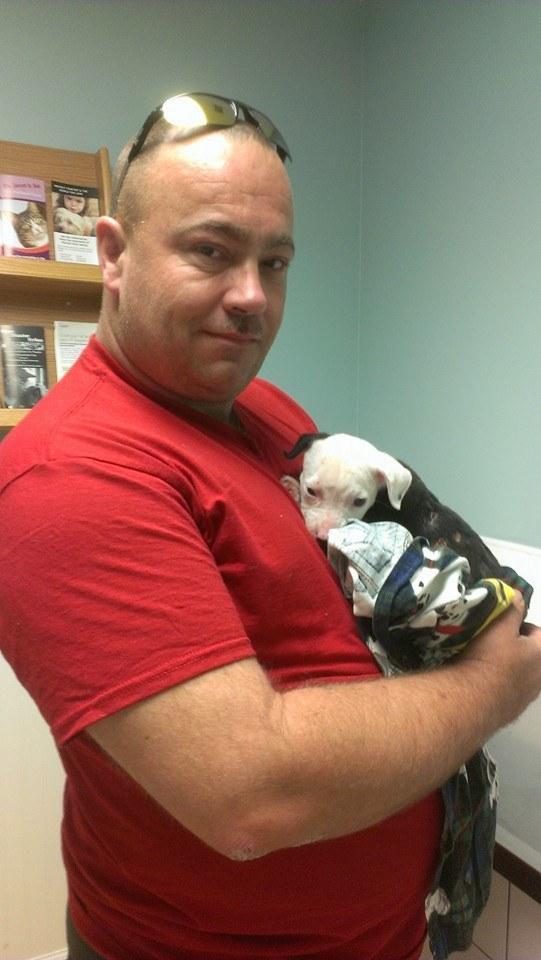 Este es Bill Lindler, un bombero en Goose Creek, Carolina del Sur, con el cachorrito que rescató el año pasado, Jake.