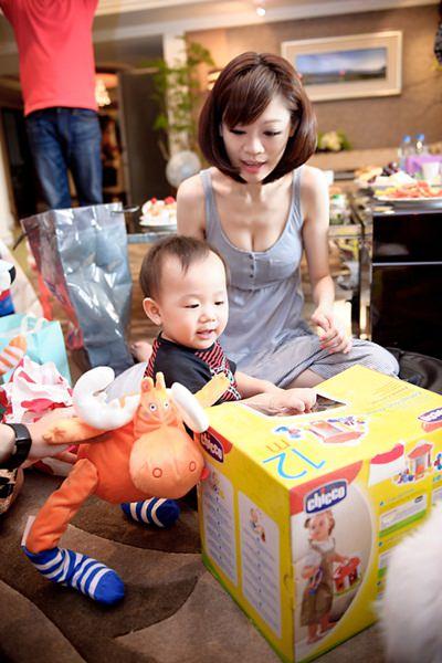 大頭安滿周歲生日派對❤整個被禮物.美女圍繞❤
