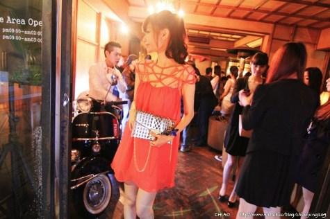 招待。享受PERONI時尚藍色緞帶夜