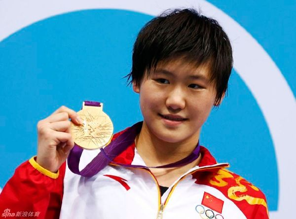 China's Ye Shiwen poses with her gold medal after winning the women's 200m individual medley final during the London 2012 Olympic Games at the Aquatics Centre July 31, 2012. REUTERS/David Gray