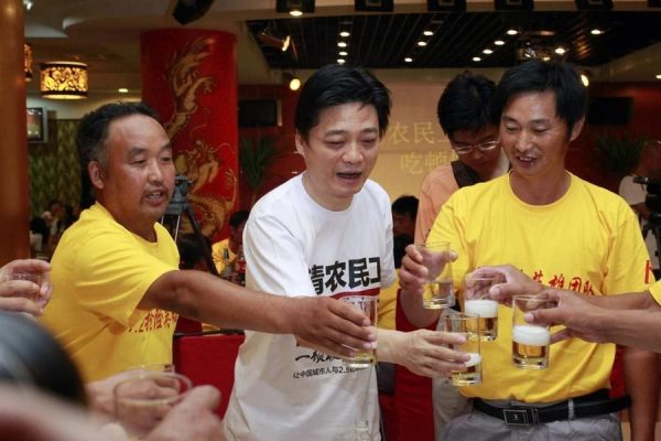 Cui Yongyuan and the migrant workers are rising their glasses together.
