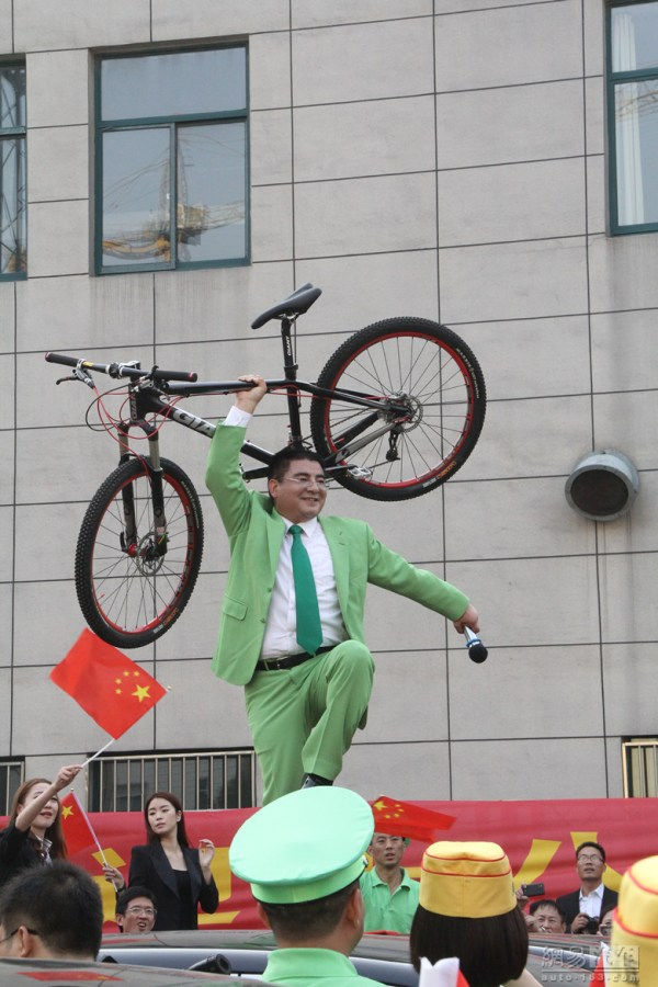 "Chen Guangbiao is promoting ""green commuting""."