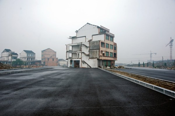 The house stands on the road in front of Wenling Train Station.