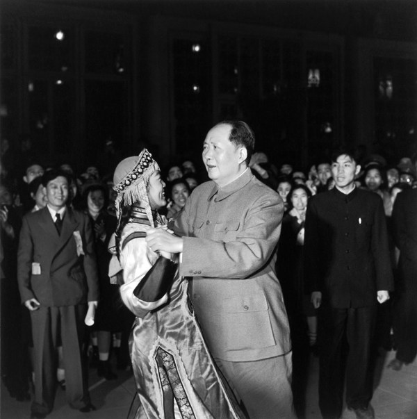 mao-zedong-13-1957-ethnic-minority-dancing