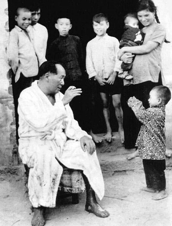 mao-zedong-30-1958-with-children