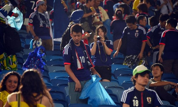 japanese-football-fans-clean-up-after-themselves-litter-garbage-brazil-world-cup-08