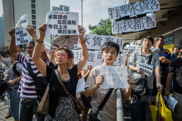 hong-kong-residents-protest-harass-mainland-tourists-15