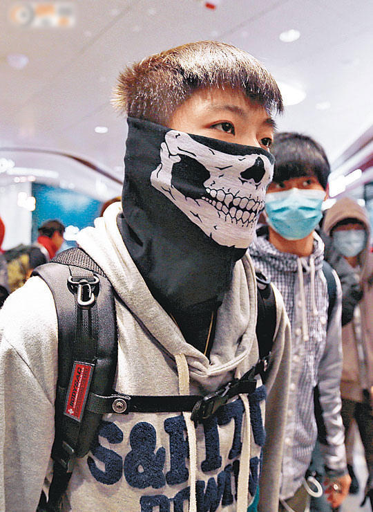 hong-kong-youth-protesters-beseige-curse-assault-mainland-tourists-07