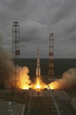 O foguetão Proton-M transportando um satélite mexicano para comunicações