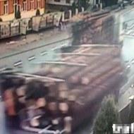 【衝撃映像】丸太を積んだトラックが横転・・・バス停で待ってた人が・・・