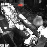 【心霊映像】パブに現れたゴースト・・・店主も全速力で逃亡