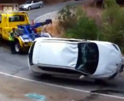 【衝撃映像】レッカー車で救出するつもりが奈落の底に突き落とすw