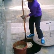 【閲覧注意】中国の露店で使ってる油は・・・下水道から汲んできていた・・・