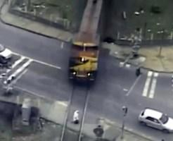 【閲覧注意:事故】列車に撥ねられボーリングのピンみたいに飛ぶ男性・・・