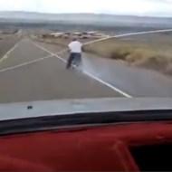 【おもしろ:馬鹿】自転車でノーブレーキで坂道突入!!見事に大クラッシュwww
