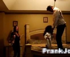 【おもしろ動画:ドッキリ】ハロウィンドッキリw停電が直ったらベッドに首吊り死体が・・・!?
