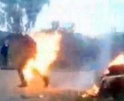 【おもしろ動画集:馬鹿】燃えてる車の前でジョジョ立ち記念撮影w!その瞬間車が爆発炎上w