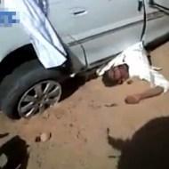 【グロ動画:車】荒野で大暴走!!ひっくり返って車に乗られた男性・・・
