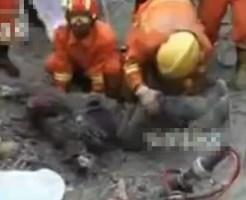 【グロ動画:事故】土砂とコンクリで生き埋めになった人たちを掘り起す・・・