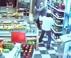 【衝撃映像:強盗】強盗をバット→ヘッドロックのコンビネーションで撃退!