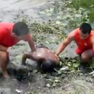 【グロ動画:死体】池から水死体を引き上げるカンタンなお仕事♪