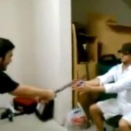 【衝撃映像:馬鹿】忍者ソードの切れ味を試すぜ!見事に腕をザックリw