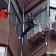 【衝撃映像:自殺】リスカしながら叫ぶ女性を救助隊が間一髪で助ける!