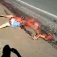 0【グロ動画:事故】トラックに轢かれてぐちゃぐちゃに挽肉にされた男性・・・